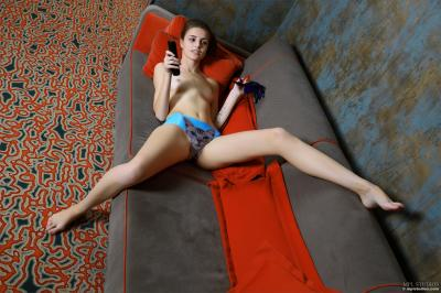 Elle - Couch Surfing
